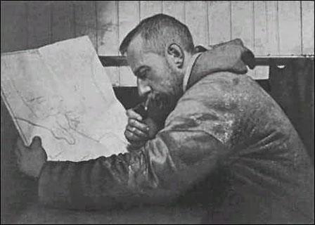 Roadl Amundsen, consultando un mapa