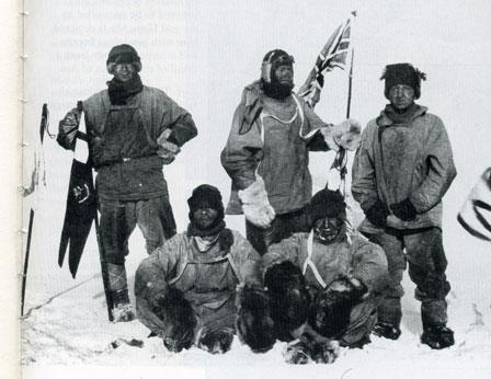 El capitán Robert Scott (centro) y su equipo, en la Antártida, en enero de 1912