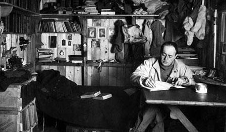 Robert Scott, escribiendo en su diario, en el campamento base de la Antártida